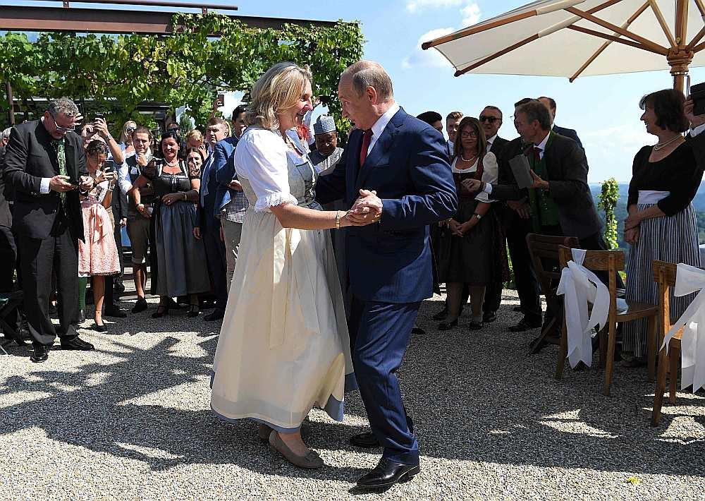 Krievijas prezidents Vladimirs Putins laižas dejā ar Austrijas ārlietu ministri Karinu Knaislu.