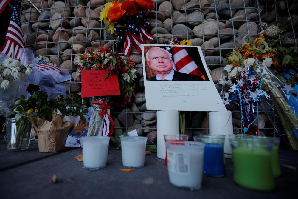 Piemin mirušo ASV senatoru Džonu Makeinu.