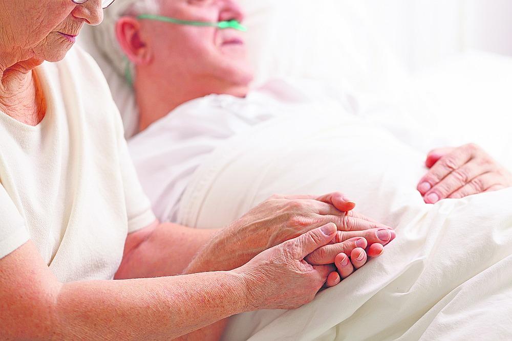 Latvijā būtu jāveido specializēta slimnīca veciem cilvēkiem, kurā būtu senioru vecuma īpatnības un geriatriju apguvuši speciālisti, uzskata gerontologs Jānis Zaļkalns.