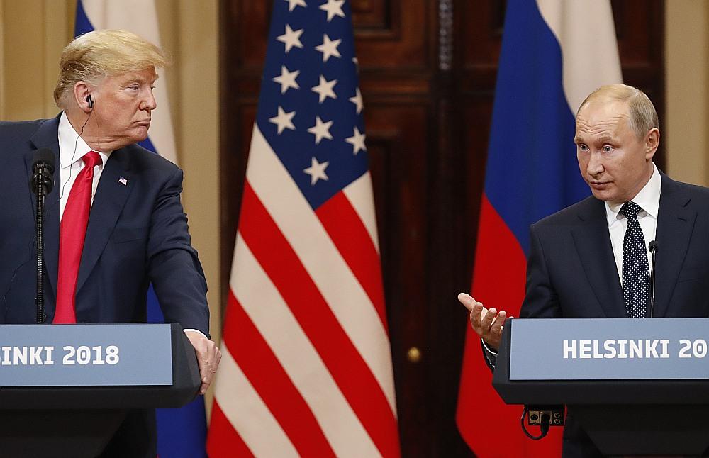 Sarunās Helsinkos Krievijas prezidents Vladimirs Putins (no labās) iesniedzis ASV prezidentam Donaldam Trampam vairākus priekšlikumus par kodolieroču kontroli un aizliegumu izvietot ieročus kosmosā.