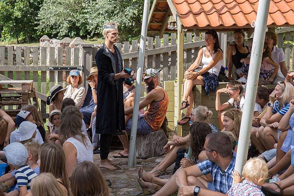 Radošā darbnīca bērniem un Latvijas Kultūras akadēmijas studentu uzvedumi aicināja bērnus, pusaudžus un ģimenes baudīt skatuves mākslas procesu.