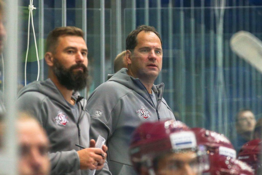 """Treneri Edgars Masaļskis (pa kreisi) un Ģirts Ankipāns uz Rīgas """"Dinamo"""" soliņa."""