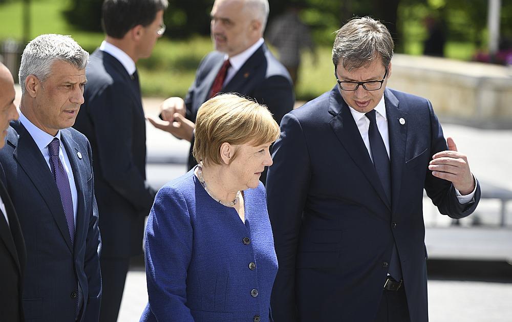 Sarunās ar Serbijas prezidentu Aleksandru Vučiču (no labās) un Kosovas prezidentu Hašimu Tači Vācijas kanclere Angela Merkele ļoti piesardzīgi vērtējusi varbūtējo robežu izmaiņu starp abām valstīm.