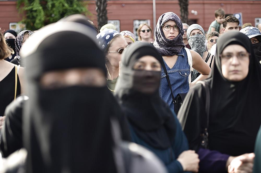 Sievietes ar segtām sejām Kopenhāgenā 1. augustā protestē pret likuma stāšanos spēkā – tas liedz slēpt seju sabiedriskās vietās un ietver burkas, nikāba, balaklavas, cepures, maskas, ķiveres, pilna auguma kostīma un mākslīgās bārdas nēsāšanu.