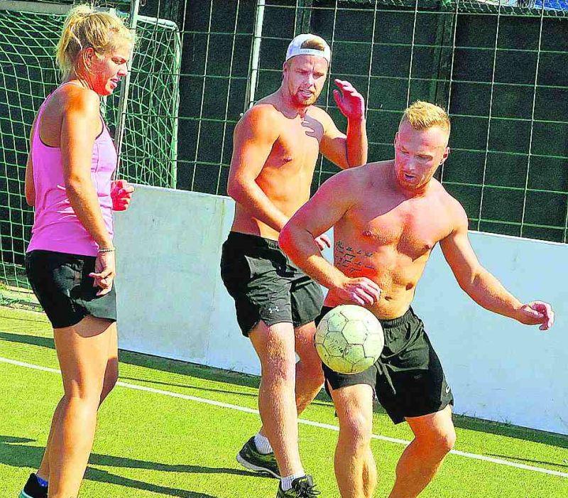 Latvijas kamaniņu sportisti nometnē Ventspilī trenējas trīs reizes dienā, bet iesildīšanās laikā uzspēlē futbolu.