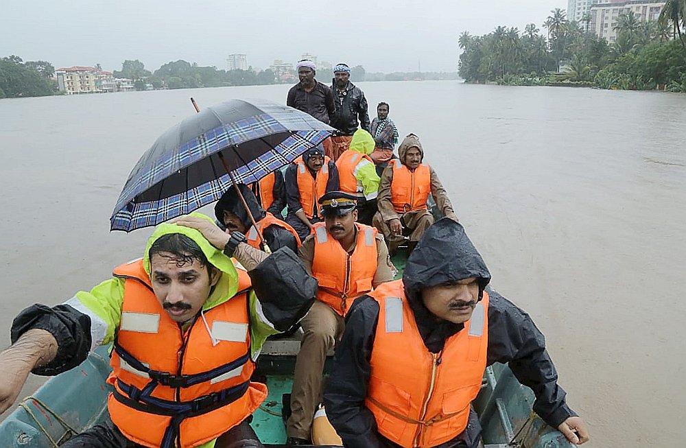 Plūdi, kas tiek uzskatīti par postošākajiem gadsimta laikā, Keralas štatā bez pajumtes atstājuši simtiem tūkstošu cilvēku.