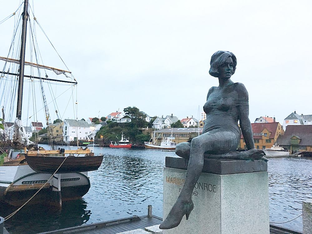 Kanālmalā uzstādītā Merilinas Monro bronzas skulptūra vizuāli atgādina Kopenhāgenas nāriņu.
