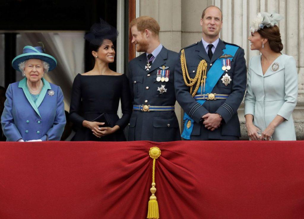 Karaliskā ģimene (no kreisās): karaliene Elizabete II, prinča Harija sieva Megana Mārkla, princis Harijs, princis Viljams un viņa sieva Keita Midltone.