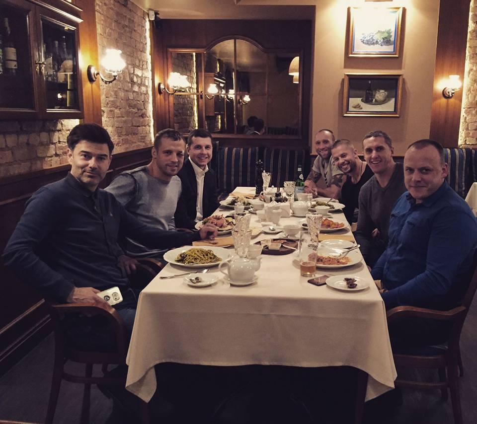 Maira Brieža komanda pagājušā gada rudenī – kreisajā pusē pie galda Als Siesta, Mairis Briedis un Raimonds Zeps.