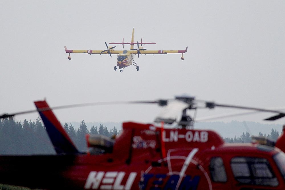 """Francijas ugunsdzēšamais lidaparāts """"Bombardier 415"""" nolaižas Svegā. Pavisam tādas bija divas no Francijas, kā arī Itālijas un Portugāles ugunsdzēšanas lidmašīnas, kas visas Zviedriju jau atstājušas."""
