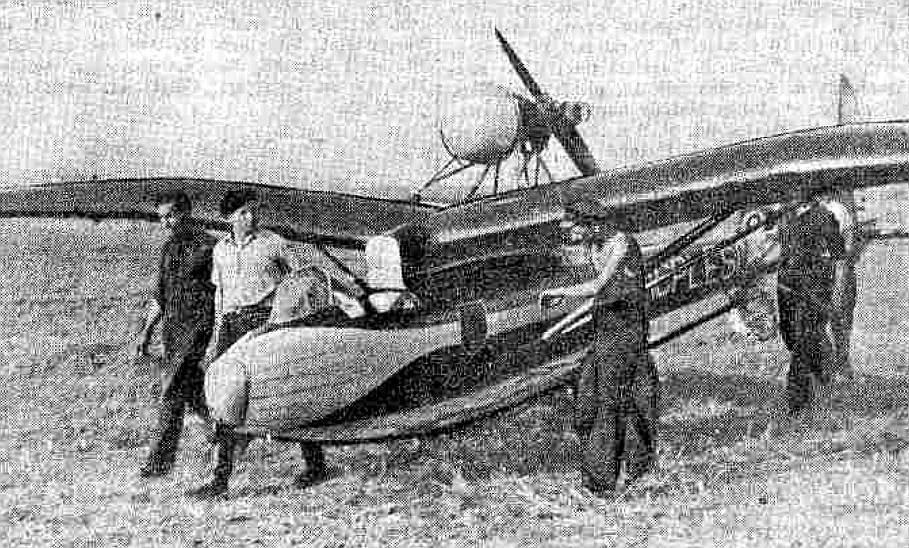 """Motorplanieris """"Lāčplēsis"""" Jelgavas lidlaukā 1938. gada septembrī."""