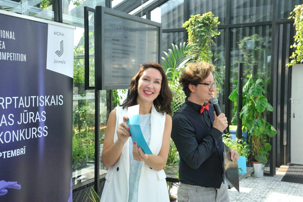 Islandes goda konsule Iveta Rudzīte kopā ar konkursa māksliniecisko vadītāju diriģentu Jāni Ozolu.
