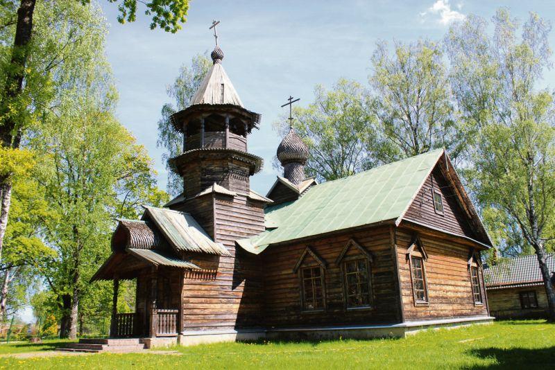 Krievu koka arhitektūras tradīcijās ieturētā Kārsavas Sirdsskaidrās Eufrosīnijas pareizticīgo baznīca.