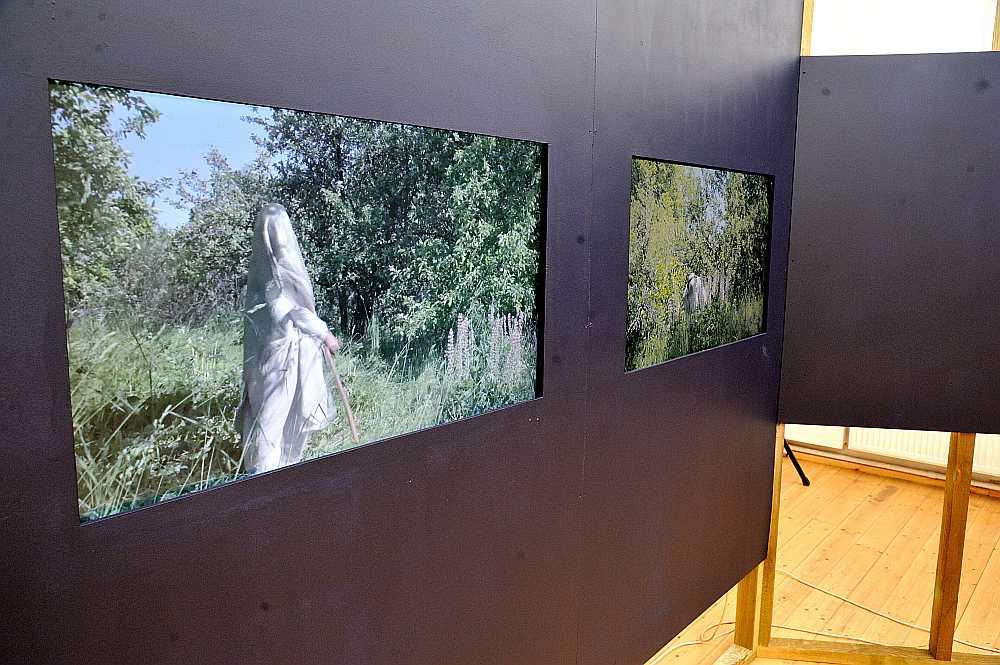 Izstādes ekspozīcija veidota kā multimediāla instalācija, kur vairākos ekrānos varam vērot epizodes ar sievieti burkā.