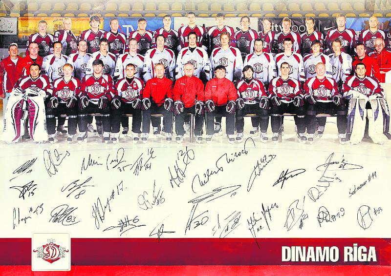 """Rīgas """"Dinamo"""" komanda 2008. gadā pirms KHL pirmās sezonas. Pirmajā rindā no kreisās: Sergejs Naumovs, Mārtiņš Cipulis, Atvars Tribuncovs, Aleksejs Širokovs, Artis Ābols, Jūliuss Šuplers, Miroslavs Miklošovičs, Aleksandrs Ņiživijs, Marks Hartigans, Marsels Hosa, Edgars Masaļskis. Otrajā rindā: Fjodors Mazurs, Aleksejs Hromčenkovs, Oļegs Sorokins, Viktors Bļinovs, Kristaps Sotnieks, Filips Novāks, Juris Štāls, Lauris Dārziņš, Armands Bērziņš, Ronalds Petrovickis, Toms Hartmanis, Rodrigo Laviņš, Guntis Galviņš, Mihails Šoštaks, Āris Aivars. Trešajā rindā: Jānis Ozoliņš, Ervīns Muštukovs, Edgars Apelis, Aigars Cipruss, Maksims Širokovs, Miķelis Rēdlihs, Krišjānis Rēdlihs, Agris Saviels, Ģirts Ankipāns, Jānis Straupe, Gints Meija, Ronalds Cinks, Mets Elisons, Dūvijs Vestkots."""