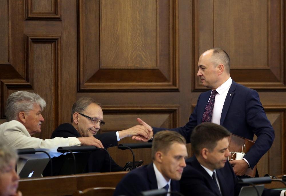 Imants Parādnieks (foto – vidū) Saeimas sēdē, 06.09.2018.