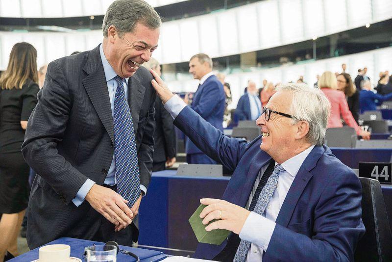 """Kvēlākais vienotas Eiropas aizstāvis Žans Klods Junkers un skaļākais nacionālists, britu eiroskeptiķis Naidžels Farāžs pēc runas spēja arī pajokot. No tribīnes Farāžs iebilda Junkeram: """"Redzu, te zālē ES karogs ir virs dalībvalstu karogiem. Cilvēkiem ir nacionālās identitātes, viņi redz citādu Eiropu."""""""