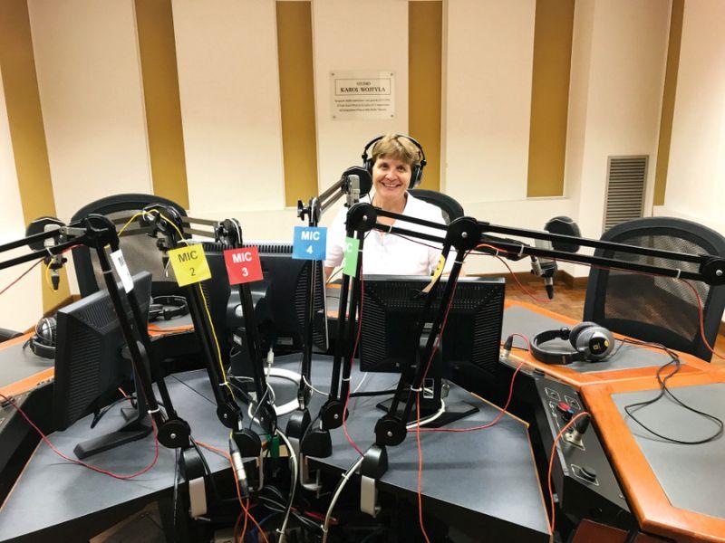 Silvija Krivteža Vatikāna radio studijā, no kuras jau 28 gadus viņa uzrunā kristīgos ļaudis latviešu valodā.