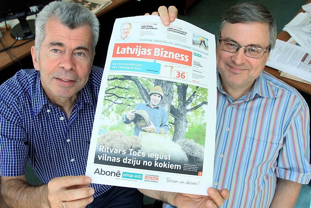 """""""Latvijas Avīzes"""" galvenās redaktores pirmais vietnieks Ivars Bušmanis (no kreisās) un pielikuma """"Latvijas Bizness"""" redaktors Olafs Zvejnieks gan uzņēmējus, gan citus interesentus aicina lasīt jauno izdevumu."""