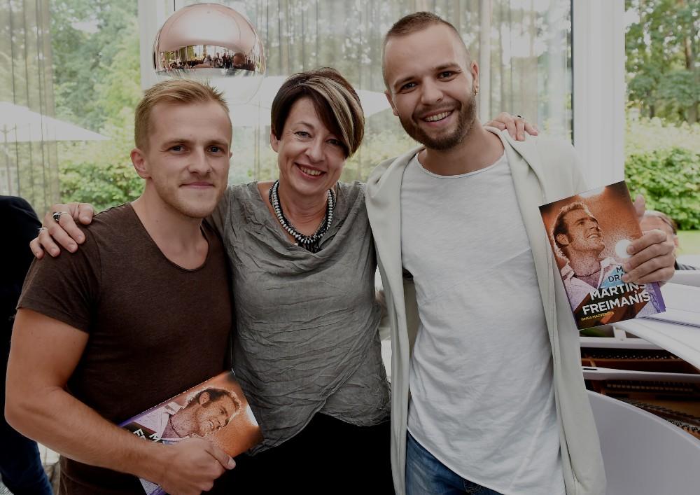 """Mūziķi Valters Frīdenbergs (no labās) un Kārlis Būmeisters, un muzikoloģe Daiga Mazvērsīte (centrā) savas grāmatas """"Mans draugs Mārtiņš Freimanis"""" atvēršanas svētkos Dzintaros."""