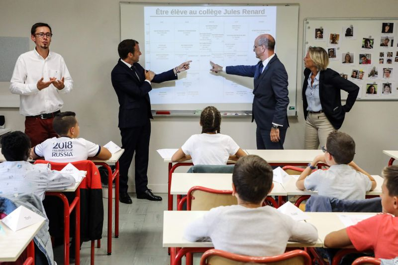 """Francijas prezidents Emanuels Makrons pirmajā skolas dienā (""""rentree des classes"""") 3. septembrī Lavālas pilsētas koledžā."""