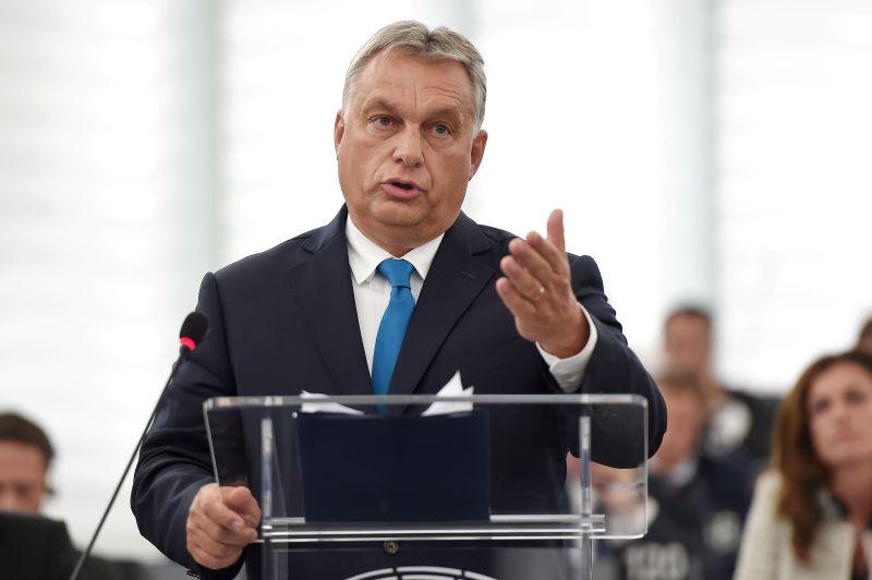 """""""Ungārija aizsargās savas robežas, apturēs nelegālo migrāciju un aizstāvēs savas tiesības,"""" uzrunā Eiroparlamentā uzsvēra premjerministrs Viktors Orbāns."""