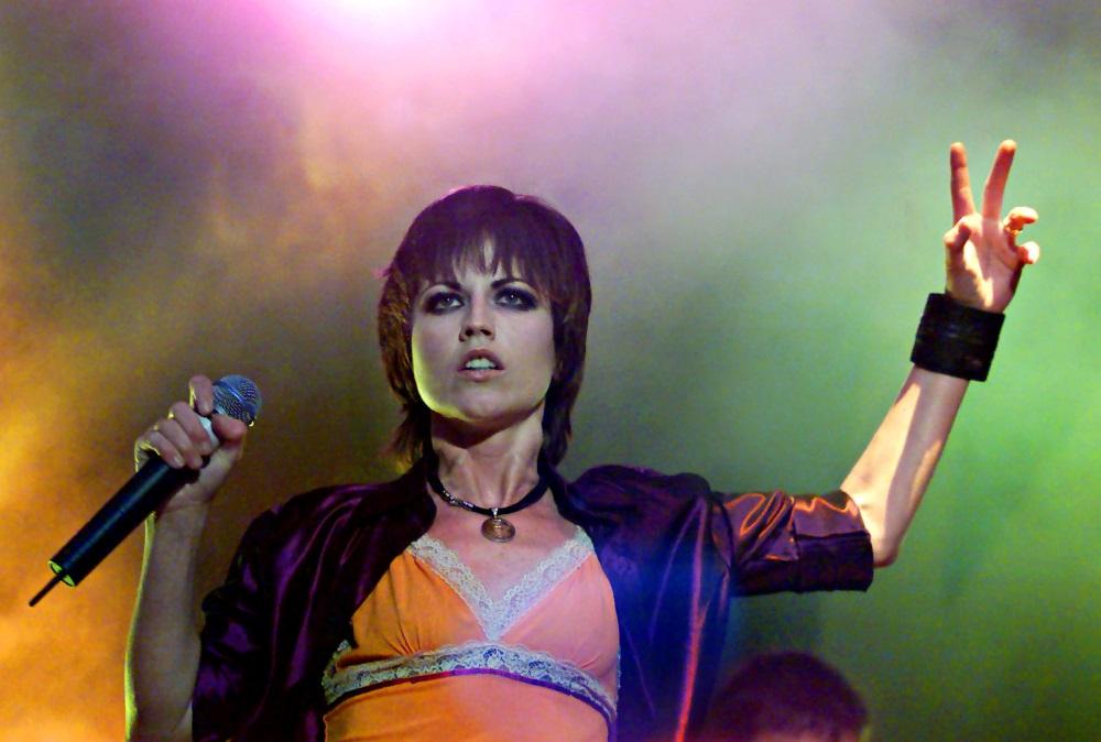 """Īru rokgrupas """"The Cranberries"""" soliste Doloresa O'Riordana koncertā 2000.gadA 29.aprīlī, Dublinā."""