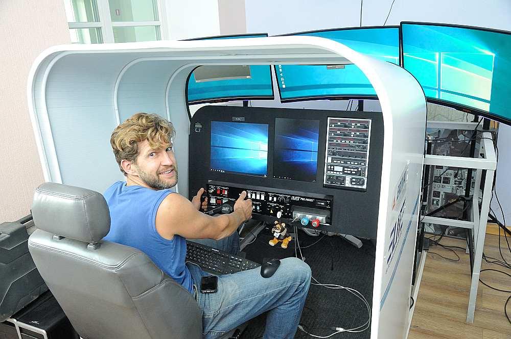 Matemātikas un šaha skolotājs Andris Aniņš demonstrē aviosimulatoru, kam drīz tiks klāt zēnu nepacietīgie pirksti.