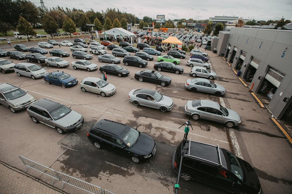 Automašīnas pie CSDD tehniskās apskates vārtiem