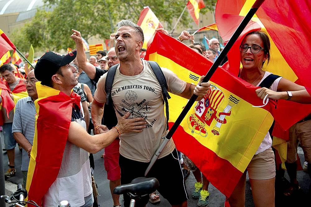 Vakar Barselonā notika demonstrācijas gan par, gan pret Katalonijas neatkarību.