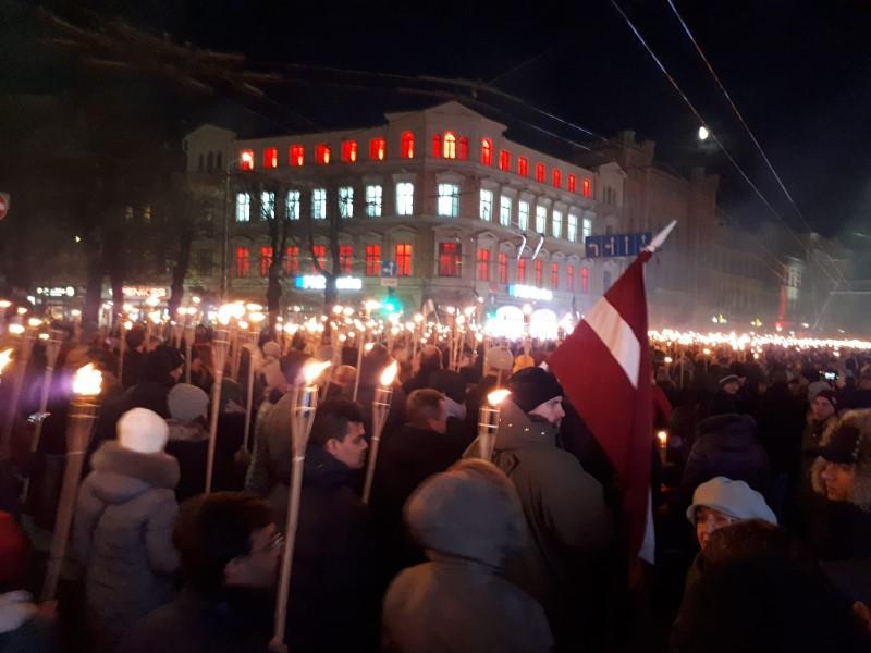 Lāpu gājiens 18.novembra vakarā Rīgā.