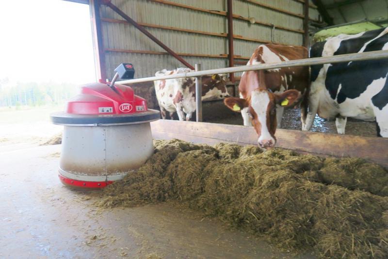Strādnieka darbu fermā aizvieto ar lopbarības piestūmējrobotu 'Lely'.