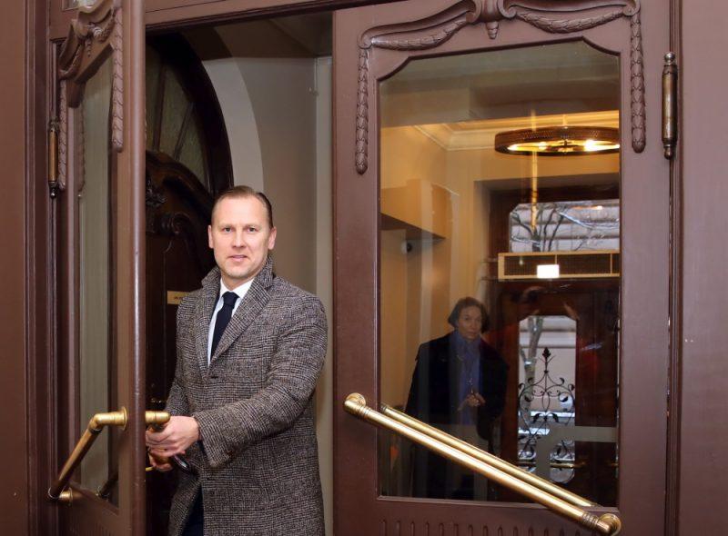 """Partijas """"KPV LV"""" Ministru prezidenta amata kandidāts Aldis Gobzems ierodas uz """"KPV LV"""" frakcijas sēdi, kurā pārrunās tālāko stratēģiju valdības veidošanā, 27.11.2018."""