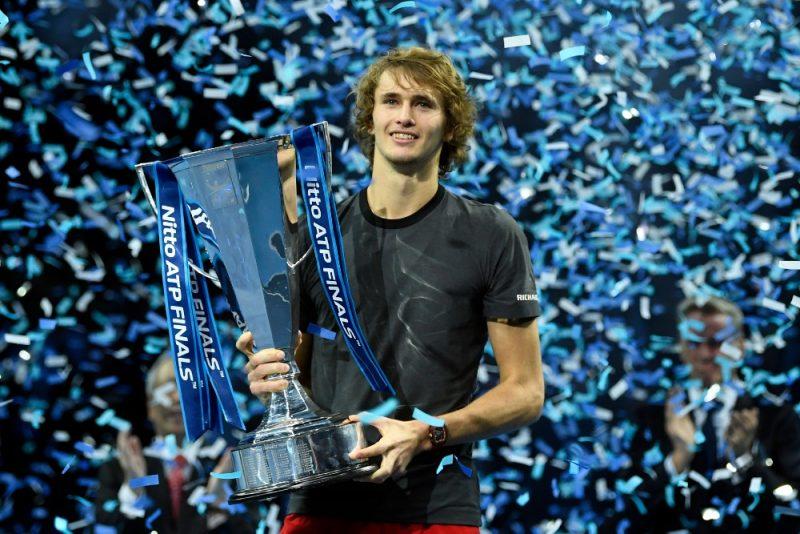 Aleksandrs Zverevs ar ATP sezonas noslēguma turnīra galveno balvu.