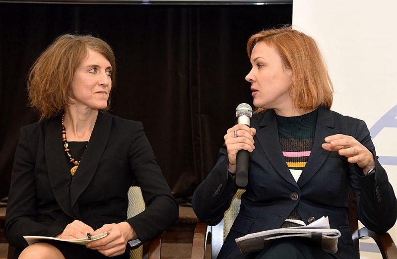 """""""Laiks izkāpt no aploksnēm,"""" Latvijas Ārpolitikas institūta pētnieces Vinetas Kleinbergas (no kreisās) secinājumiem par Latvijas iespējām ES budžetā pēc 2020. gada piekrīt EK pārstāvniecības Latvijā ekonomikas padomniece Agnese Dagile."""