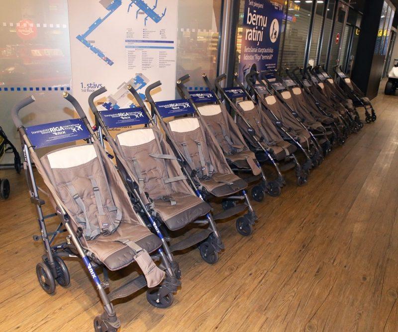 """Lidosta """"Rīga"""" ievieš papildu bezmaksas ratiņus mazuļiem."""