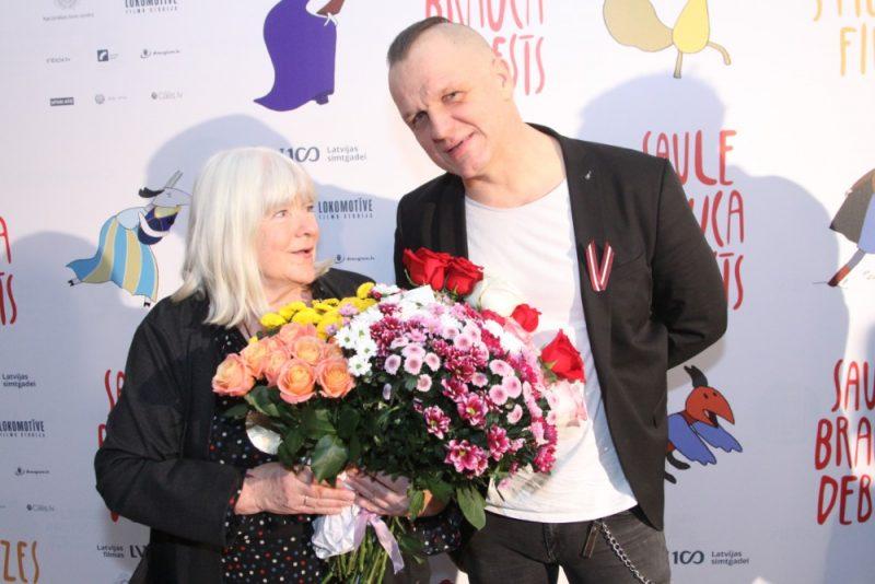 Filmas režisore Roze Stiebra kopā ar dziedātāju Juri Kaukuli.