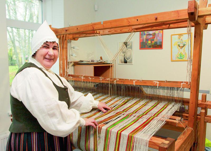 Vija Rulle savā mūžā noaudusi tūkstošiem metru auduma tautiskajiem brunčiem.