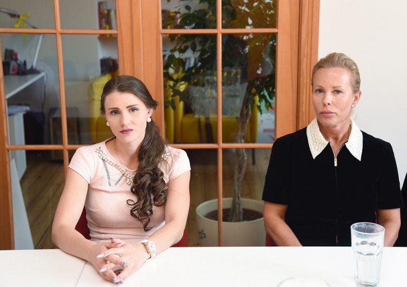 """Zāļu ražotāja """"Olainfarm"""" bijušā īpašnieka Valērija Maligina meita Nika Saveļjeva (no kreisās) un zāļu ražotāja """"Olainfarm"""" bijušā īpašnieka Valērija Maligina meitas Annas Emīlijas Maliginas aizbildne Signe Baldere-Sildedze."""