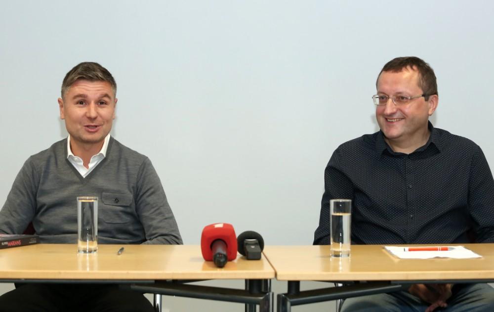 Marians Pahars (no kreisās) un viņa autobiogrāfiskās grāmatas autors Askolds Uldriķis izdevuma prezentācijā.