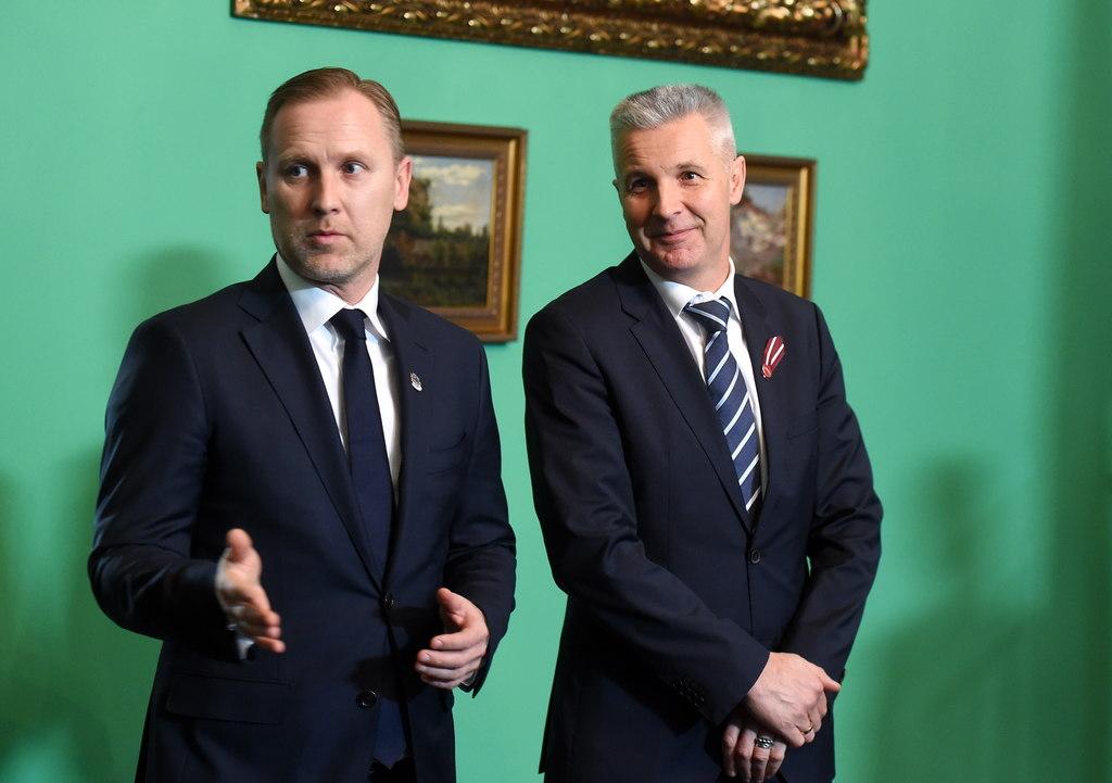 Aldis Gobzems (foto – no kreisās) un Artis Pabriks Rīgas pilī, 2018.gada novembrī.