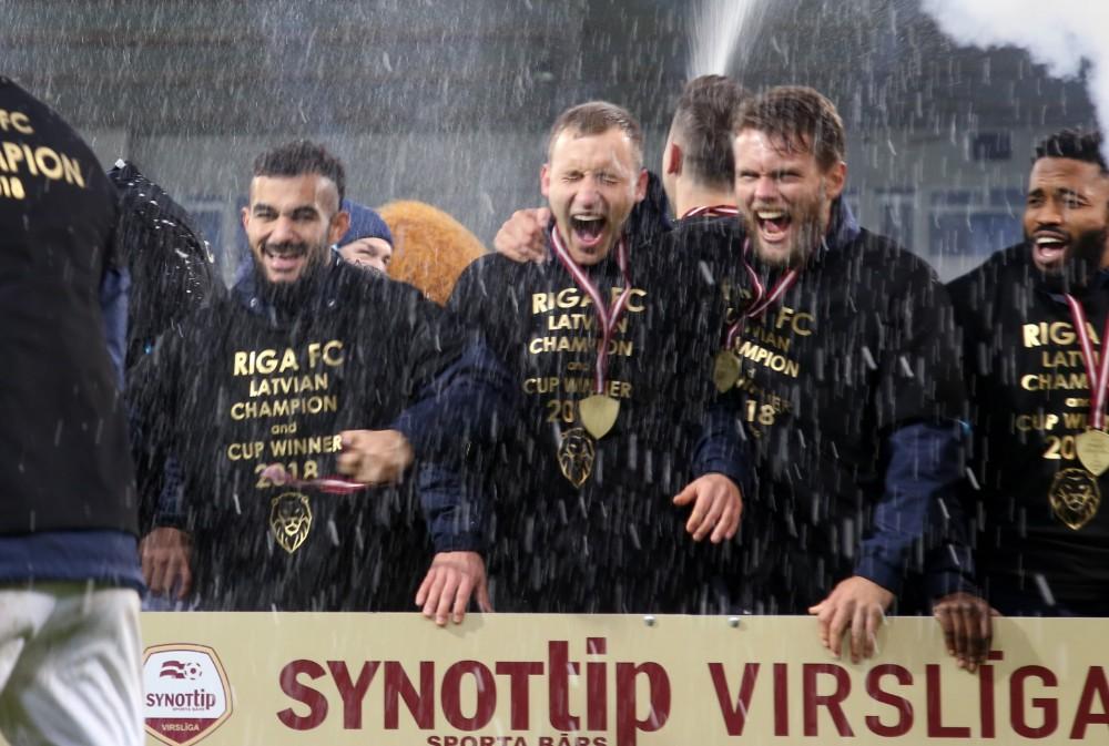 """""""Riga"""" futbolisti priecājas pēc Latvijas čempionu zelta medaļu saņemšanas."""