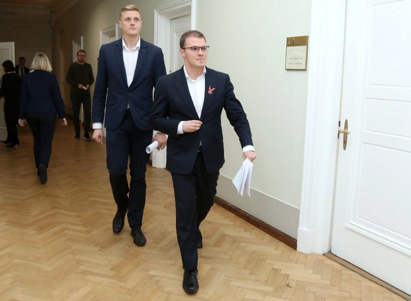 """Saeimas debutāti, Nacionālās apvienības """"Visu Latvijai!""""-""""Tēvzemei un brīvībai/LNNK"""" pārstāvji Jānis Dombrava (no kreisās) un Raivis Dzintars."""