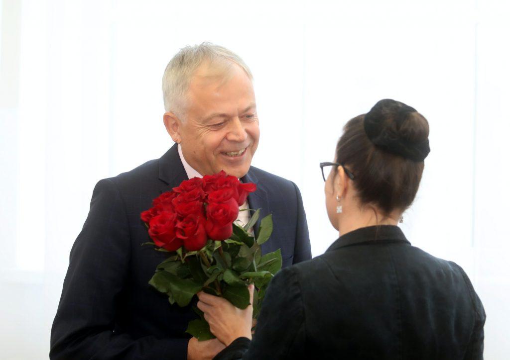 Liepājas domes priekšsēdētājs Uldis Sesks saņem pateicības ziedus par mēra amatā nostrādātajiem gadiem Liepājas domes ārkārtas sēdes laikā, kurā vēlēs jaunu pilsētas mēru.