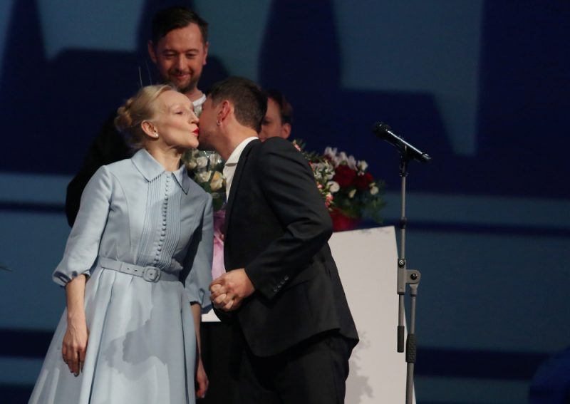 Uz skatuves vairākkārt kāpa arī aktrise GUna Zariņa, aizkustināti pateicoties par Gada aktrises titulu un Skatītāju simpātiju balvu.
