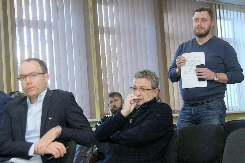 Latvijas Ārstu biedrības viceprezidentam Robertam Fūrmanim (no labās) neradās pārliecība, ka politiķi nekavējoties rīkosies, lai janvārī mediķiem nebūtu jāviļas un atkal jāraksta atlūgumi. Saeimas Sociālo un darba lietu komisijas priekšsēdētājs Andris Skride (no kreisās) sacīja, ka nākamajās trīs sēdēs tiks iekļauti jautājumi, kas saistīti ar mediķu atalgojumu. Arī ilggadējais komisijas pārstāvis Vitālijs Orlovs norādīja, ka Saeimai ir jāpilda mediķiem dotie solījumi, tikai nevarēja pateikt, kā lai tos izpilda līdz janvārim.