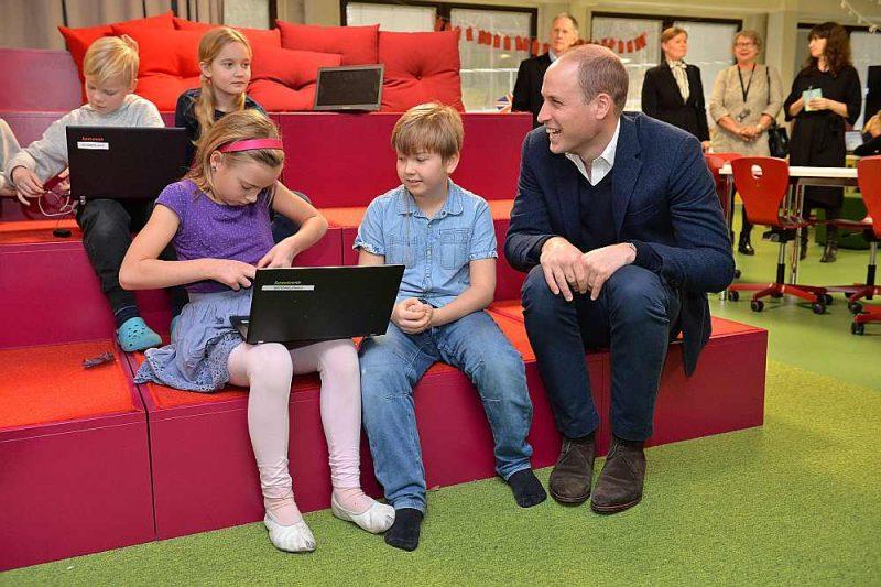Princis Viljams, Kembridžas hercogs, iepazīstas ar datorprogrammēšanas klasi Lautasāri pamatskolā Helsinkos.