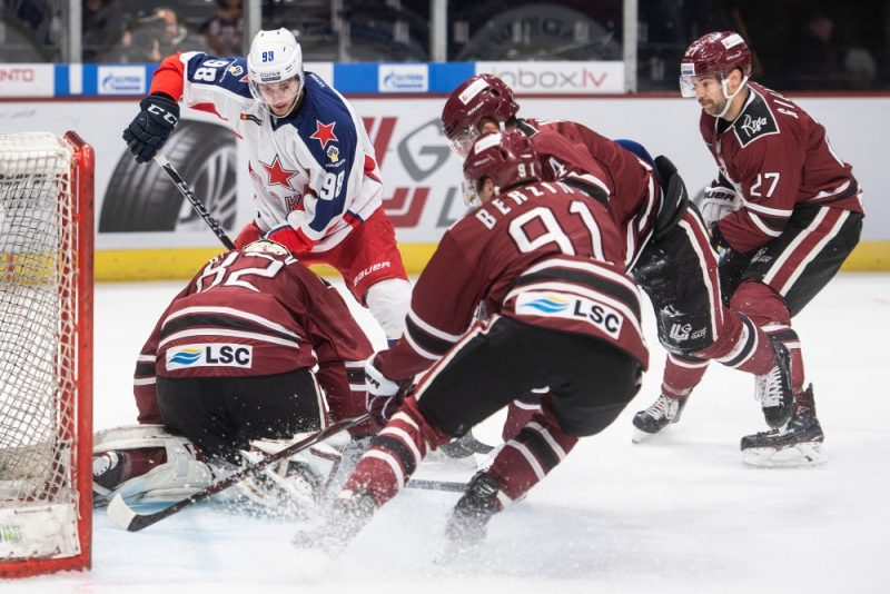 """Rīgas """"Dinamo"""" hokejisti Cīrihē cīnās pret KHL līdervienību Maskavas """"CSKA""""."""