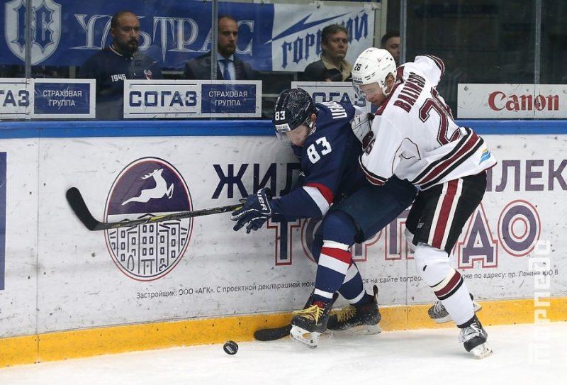 """Uvis Balinskis (no labās) spēlē pret Ņižņijnovgorodas """"Torpedo""""."""