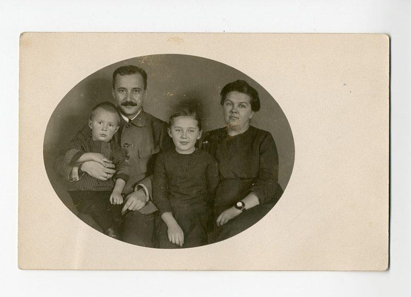 Daudziem dzimtu pārstāvjiem joprojām mājās ir radinieku fotogrāfijas. Jūlija Celma mazmeita Jeļena muzejam iedevusi brīnišķīgas vectēva fotogrāfijas. Attēlā: Jūlijs Celms ar sievu Mildu, meitu Laimu un dēlu Aleksandru, 20. gadsimta sākums.